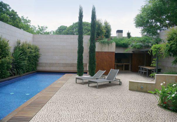 Terrasse galets esprit zen for Accessoire piscine evreux
